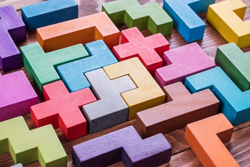Ein buntes Puzzle aus Bauklötzen