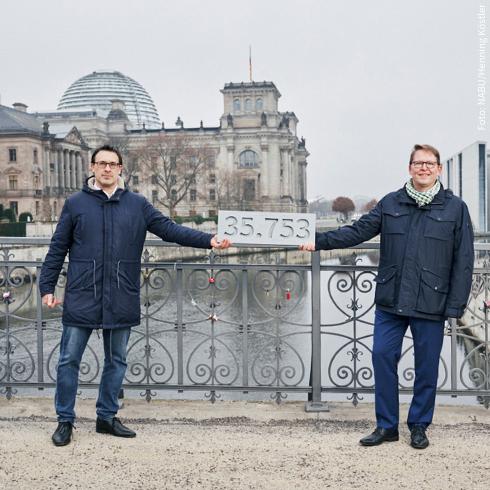 Flächenfraß stoppen, §13b streichen! NABU-Präsident Krüger und der stellvertretende SPD-Bundestagsfraktionsvorsitzende Bartol bei der symbolischen Übergabe