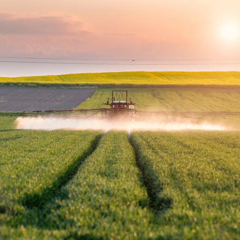 Traktor bringt Herbizide aus
